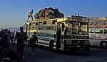 Neuer Hafen: Bus mit Rucksäcken - Ormos Athinios