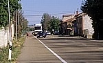 Jakobsweg (Camino Francés): Pilger an der befahrenen N601 - Villamoros de Mansilla