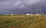 Jakobsweg (Camino Francés): Regenwolken über einer Farm - Bustillo del Páramo