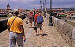 Jakobsweg (Camino Francés): Pilger auf der Puente de Órbigo - Hospital de Órbigo