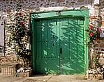 Jakobsweg (Camino Francés): Holztür zwischen Rosenstöcken - Santa Catalina de Somoza