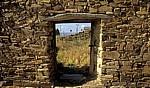 Jakobsweg (Camino Francés): Blick durch eine Tür in einer Steinmauer - Santa Catalina de Somoza