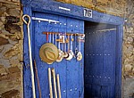 Jakobsweg (Camino Francés): Warenaushang an einer Holztür  - Santa Catalina de Somoza