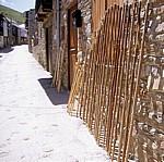 Jakobsweg (Camino Francés): Traditionelle Pilgerstäbe in der Calle Real - El Acebo