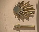 Jakobsweg (Camino Francés): Stilisierte Jakobsmuschel und gelber Pfeil aus Metall - Ponferrada