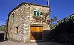 Jakobsweg (Camino Francés): Traditionelles Haus mit Rosenstöcken - La Faba