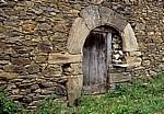 Jakobsweg (Camino Francés): Holztür in einer Steinmauer - Triacastela