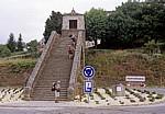 Jakobsweg (Camino Francés): Pilger an einem alten Brückenbogen (Ortseingang) - Portomarin