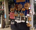 Jakobsweg (Camino Francés): Auslage für Pilgerutensilien an einem Eisentor - Lavacolla
