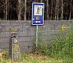 Jakobsweg (Camino Francés): Verkehrsschild, Camino-Wegstein und gelber Pfeil - Lavacolla