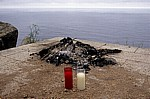 Jakobsweg (Camino a Fisterra): Ausgebrannte Feuerstelle mit zwei Kerzen - Kap Finisterre