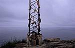 Jakobsweg (Camino a Fisterra): Mast mit von Pilgern zurückgelassener Kleidung - Kap Finisterre