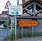 """Jakobsweg (Caminho Português): Hinweisschilder """"Camiño Xacobeo Português"""" und """"Hostal - Restaurante"""" - Pontevedra"""