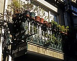 Jakobsweg (Caminho Português): Calle Real – Balkon mit Blumentöpfen - Caldas de Reis