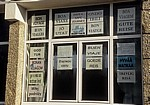 Jakobsweg (Caminho Português): Fenster mit Schildern - Carracedo