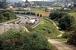 Jakobsweg (Caminho Português): Auf dem Weg nach O Pino – Pilger neben der A 9 - Galicia