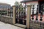 Jakobsweg (Caminho Português): Jakobsmuscheln und -kreuze an einem Gartenzaun - Ponte Valga