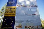 """Jakobsweg (Caminho Português): Verkehrsschild an der N 550: """"Camino Santiago"""" - A Picaraña"""