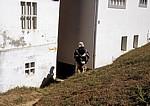 Jakobsweg (Caminho Português): Pilger auf dem Pfad zwischen zwei Häusern - A Rocha Vella