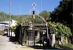 Jakobsweg (Caminho Português): Wohnhaus mit diversen Pilgersymbolen - Ponte Río Sar