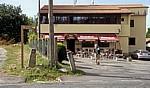 "Jakobsweg (Camino a Fisterra): Pilger vor der Bar ""Meson Alto do Vento"" - Ventosa"