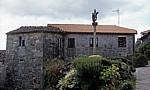 Jakobsweg (Camino a Fisterra): Wegekreuz vor einem Wohnhaus - Ponte Maceira