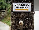 """Jakobsweg (Camino a Fisterra): Hinweisschild """"Camiño de Fisterra"""" - Negreira"""