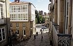 Altstadt: Rúa das Casas Reais mit der Porta do Camiño - Santiago de Compostela