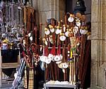 "Altstadt: Verkaufsstand ""Alles für den Pilger"" - Pilgerstäbe, Jakobsmuscheln, Hüte,... - Santiago de Compostela"