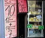Altstadt: Schaufensterauslage mit Queso Tetilla (Käsebrüstchen) - Santiago de Compostela
