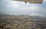Flug über die Namib: Blick auf die Stadt und den Hafen - Walvis Bay