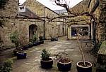 Water Street: Blaue Pflanzkübel in einem Hinterhof - Bakewell