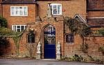 Mauer mit blauem Eingang vor einem Haus - Bearley