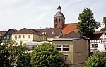 Blick über die Häuser der Landrat Schultz Straße auf die Ev. Stadtkirche - Tecklenburg