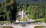Park Linderhof: Blick vom Venustempel über das Wasserparterre auf Schloß Linderhof - Ettal