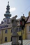 Michaelsbrücke / Brücke der Liebenden (Michalská): Statue neben Straßenlaterne - Bratislava