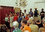 Ombili: Touristen hören dem Ombili Choir (Chor) zu - Oshikoto
