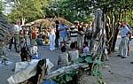 Ombili: Touristen bestaunen die Dorfbewohner - Oshikoto