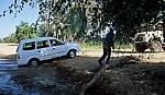 Ombuku Rivier: Pkw wird aus dem Flußbett gezogen - Okongwati