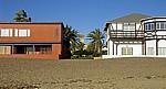 Blick durch die Häuserzeile der Arnold Schad Promenade auf das Woermann-Haus - Swakopmund