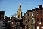 St Andrews Church (Kirche) hinter einer Häuserzeile - Rugby