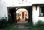 Blick durch einen Torbogen auf Red Lion Inn (Pub) - Finchingfield