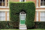 Heckenbogen mit dahinterliegender Haustür - Suffolk