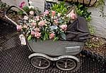 Castle Cottage: Altmodischer Kinderwagen mit Blumen bepflanzt - Oakham