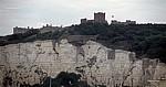 Fähre Dover - Dünkirchen: Blick von der Fähre auf die White Cliffs (Kreidefelsen) mit Dover Castle (Burg) - Dover