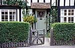 The Street: Vorgarten und Eingangsbereich eines Fachwerkhauses - Stoke-by-Clare