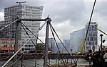 Canning Dock: Sea Odyssey - Giant Spectacular (Royal de Luxe): Zuschauer an der Strand Street  - Liverpool