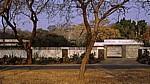 Parabolantenne in einem Garten - Bulawayo
