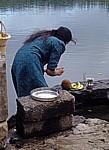 Ganga Talao: Darbringung eines Opfers (u.a. Kokosnüsse und Bananen) - Grand Bassin