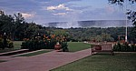 Victoria Falls Hotel: Blick über den Garten auf die Viktoriafälle / Mosi oa Tunya (der donnernde Rauch) - Victoria Falls